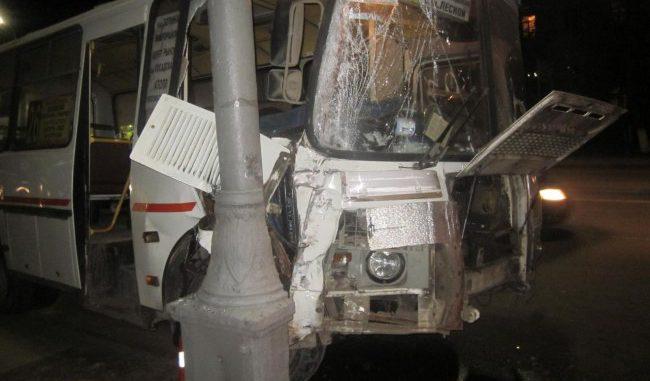 ВОрле маршрутка спассажирами протаранила столб